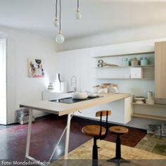 Luxury Diese minimalistische K che besticht durch ihren nat rlichen Look Holzhocker und H ngeleuchten komplettieren den reduzierten Look