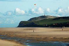 On the Opal Coast, Cape Blanc-Nez, consists of chalk cliffs and marl which rise more than 130 meters high. At the foot of the cliffs, there is a pebble beach and fine sand which is accessed by a small road in a cut. Sur la Côte d'Opale,le cap Blanc-Nez,est constitué de falaises de craie et de marne qui se dressent à plus de 130m de hauteur.Au pied de ces falaises,s'étend une plage de galets et de sable fin à laquelle on accède par une petite route passant dans une entaille.