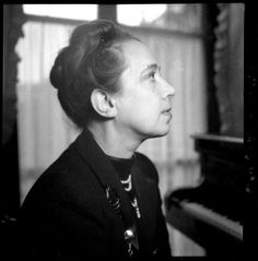 Elsa Schiaparelli, de profil vers1937 Photo François Kollar