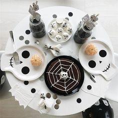 PRE-HALLOWEEN När man får hem så otroligt fina halloweennyheter från @theoochjag, får man fira lite halloween tidigare än andra. Kladdkaka med spindelnät & pumpamandariner äts gott på dem häftiga döskallefaten, saft med svart karamellfärg dricks ur läskiga skelettsugör och till detta behövs massvis med spökservetter för kladdiga munnar. Detta och massvis med annat inför en lyckad halloweenfest finner du som sagt hos →@theoochjag. Hoppas ni har en fin kväll vänner _________________________...