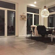 Her et foto fra det flotte køkkenalrum i et netop afleveret funkishus i Kolding. Huset er fyldt med lækre detaljer som bla. de store vinduespartier og lækre lyse 80 x 80 klinker  #funkis #køkkenalrum #flotteklinker #menzerkristensenhuse #nybygge #nybyggeri #husbyg #husbyggeri #hus #menzerogkristensen #interiør #indretning #boliginspiration #bolig #inspiration #bobedre #home #newhome #newhouse #nordiskehjem #funkisbyggeri #nythus #hus #bygnyt Architecture, Lily, Arquitetura, Architecture Design
