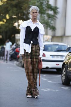 Street Style Mood Parachute Pants, Street Style, Style Fashion, Paris Fashion, Chic, My Style, Shirts, Red Tote Bag, Platinum Hair
