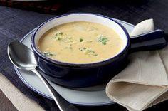 Esta sopa tipo crema a base de brócoli con queso será perfecta para abrir cualquier cena para festejar.
