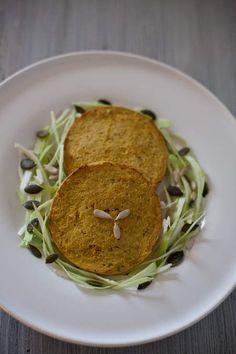 Medaglioni di tofu al forno, fatti in casa con cavolo e carote. Burger vegetali, come preparare i medaglioni di tofu al forno. Nei supermercati stanno arrivando varietà sempre più numerose di burger vegetali. Spesso sono a base di tofu, abbinati a cereali o verdure. Non sempre i prezzi di questi prodotti confezionati sono esattamente economici. L'autoproduzione ci viene incontro per risparmiare, ma soprattutto per mangiare più sano e seguendo davvero i nostri gusti.