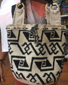 Dear ladies, we share File Shopping Bag Making with you this time. Anyone who wants to knit a shopping bag to make yourself a very easy to make the model has Tapestry Bag, Tapestry Crochet, Knit Crochet, Best Tote Bags, Tribal Patterns, Crochet Handbags, Quilted Bag, Bag Making, Straw Bag