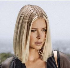 Glass hair : 15 stars qui portent à merveille le carré lisse ! - Glass hair : 15 stars qui portent à merveille le carré lisse ! Imágenes efectivas que le proporci - Medium Hair Cuts, Medium Hair Styles, Short Hair Styles, Blonde Blunt Bob, Blunt Lob, Brown Blonde Hair, Ice Blonde, Blonde Hair Long Bob, Short Blonde