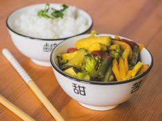 Tofu z warzywami po azjatycku. Jeżeli nie boisz się gotować z wykorzystaniem pomarańczy i mleka kokosowego, to do dzieła!