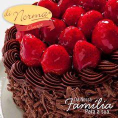 Bolo Morango Trufado: Massa de chocolate recheada de creme de chocolate e pedaços crocantes de chocolate branco. Cobertura de chocolate e morangos frescos.  #love #DiNorma #curta #siga e #compartilhe