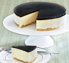 Baileys no bake cheesecake set with gelatine. Uses quark and mascarpone Baileys Cheesecake, Cheesecake Recipes, Dessert Recipes, Coffee Cheesecake, Blueberry Cheesecake, Food Cakes, Cupcake Cakes, Cupcakes, Bbc Good Food Recipes