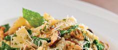 Τριλογία μανιταριών Champignon, Porcini και Portobello, σωταρισμένα σε σκορδοβούτυρο με πράσσο, μυρωδικά και σβησμένα σε λευκό κρασί. Σερβίρονται πάνω σε πένες αναμεμιγμένες με κρέμα γάλακτος.