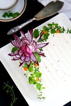 Punasipulista kukaksi - Suklaapossu Salad Design, Vegetable Decoration, Salad Cake, Amazing Food Art, Good Food, Yummy Food, Sandwich Cake, Food Garnishes, Dessert Decoration