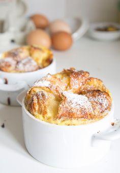 Croissant French Toast  Ingrédients:pour 2 cassolettes - 2 viennoiseries - 2 oeufs - 250 ml de lait  - 40 g de sucre  Préparation:  Beurrer légèrement les ramequins et y disposer les viennoiseries.  Battre le lait avec les oeufs et le sucre. Verser la préparation sur les croissants et laisser imbiber au moins 30 min. Cuire pendant 30 min à 160°C. Laisser refroidir un quart d'heure avant de servir.
