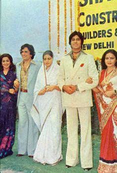 Hema Malini, Shashi Kapoor, Geeta Siddhart, Amitabh Bachchan & Rakhi in Trishul Vintage Bollywood, Indian Bollywood, Indian Actresses, Actors & Actresses, Kaftan, History Lessons For Kids, Relocation Services, House Relocation, Film World
