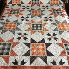 Inspiration for Halloween Quilt! I think I have an all time new favorite pattern. I did Deco Fan on Halloween quilt. This was the hardest quilt to return home. I wanted to keep it. Halloween Quilts, Halloween Quilt Patterns, Halloween Sewing, Halloween Ideas, Star Quilts, Scrappy Quilts, Mini Quilts, Quilting Projects, Quilting Designs