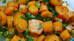 cocer 30 minutos las zanahorias partidas en trozos preparar en un bol aceite ,vinagre, cominos, machado de ajo y mucho perejil y los pepinillos picados y mezclar con las zanahorias escurridas meter en el frigo