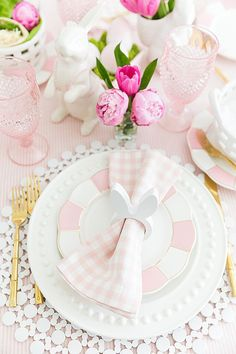 🌟Tante S!fr@ loves this📌🌟Tips to set a colorful Easter table from entertaining stylist, Courtney Whitmore, with details on reusing pieces from your own home to style a gorgeous Easter brunch! Easter Dinner, Easter Brunch, Easter Party, Easter Gift, Easter Table Settings, Easter Table Decorations, Easter Decor, Easter Centerpiece, Easter Ideas