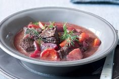 Ćervená řepa 14x jinak   Apetitonline.cz Pot Roast, Beets, Menu, Ethnic Recipes, Food, Red Peppers, Carne Asada, Menu Board Design, Roast Beef