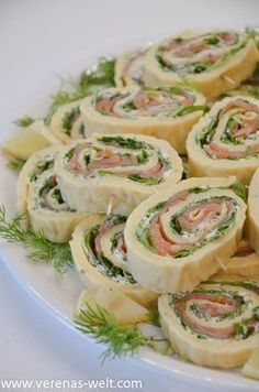 Lachs-Frischkäse-Röllchen A little Swedish-inspired, this was my gift for this year's ESC party buffet. But also the salmon and cream cheese rolls always arrive well and are great especially in th Party Finger Foods, Snacks Für Party, Appetizer Recipes, Snack Recipes, Healthy Recipes, Brunch Recipes, Pizza Recipes, Vegetarian Recipes, Party Buffet