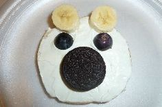 Easy Polar Bear Snack - bagel w/cream cheese, grapes, oreo & banana! What a fun winter snack - what fun foods do your kids enjoy?