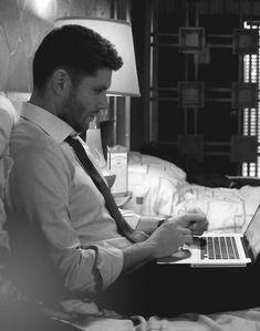 Jensen Ackles as Dean Winchester - Supernatural Jensen Ackles, Jared And Jensen, Castiel, Dean Supernatural, Supernatural Seasons, Winchester Boys, Winchester Brothers, Sam Dean, Colin Morgan