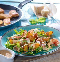 Ein mediterraner Salat mit Parmesan für die Grillparty oder den Brunch