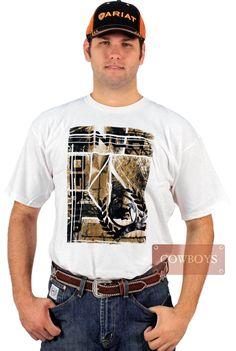 Camiseta Cinch American. Camiseta Cinch masculina importada. Tecido 100% algodão na cor branca e estampas na cores amarelo e preto. Super confortável, essa camiseta é bem versátil. Pode ser usada no dia a dia, no trabalho, eventos mais despojados, competições, na fazenda ou na cidade.