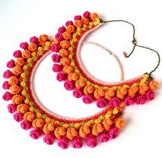 collar de pom pom, textil grueso collar, collar étnico, collar mexicano colorido, babero naranja rosa, gran collar audaz, collar color de rosa caliente