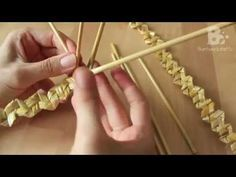 Straw Plaiting is a method of manufacturing textiles by braiding straw. This technique is called Rustic Plait or Tyrolean Plait. Straw Weaving, Paper Weaving, Weaving Textiles, Weaving Art, Basket Weaving, Newspaper Basket, Newspaper Crafts, Corn Husk Crafts, Corn Dolly