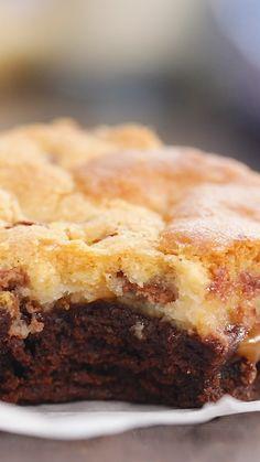Tu pensais tout savoir sur la recette du brookie, mais tu n'en as jamais vu avec une couche de caramel pour un résultat ultra gourmand. Recette de brownie et recette de cookie, pour préparer le plus délicieux des brookies. Brownie Recipe Video, Brownie Recipes, Cookie Recipes, Dessert Recipes, Easy Desserts, Delicious Desserts, Yummy Food, Cakes That Look Like Food, Buzzfeed Tasty