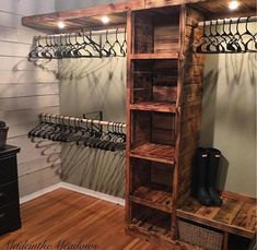 #closet #armario Wood Pallet Signs, Wood Pallets, Rustic Wood, Diy Pallet Projects, Easy Diy, Bookcase, Entryway, Shelves, Building