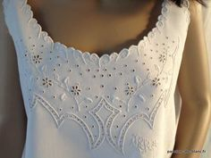 LINGE ANCIEN/Somptueuse chemise de jour brodée main sur toile de lin fin avec imposante broderie