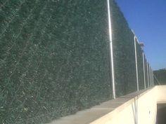 Valla de ocultación con seto artificial o sintético vista por el interior. www.vinuesavallasycercados.com