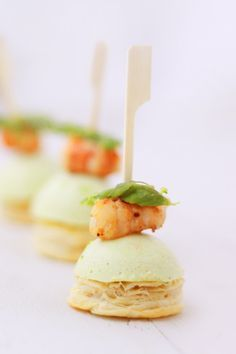 Amuses bouches aux asperges vertes et gambas / Appetizers with green asparagus and prawns Mini Appetizers, Finger Food Appetizers, Finger Foods, No Salt Recipes, Cooking Recipes, Appetizer Plates, Mini Foods, Molecular Gastronomy, Appetisers