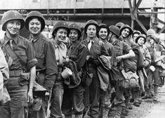 Les Rochambelles, des femmes dans la 2ème DB  Un groupe de femmes au sein d'une unité blindée, de nos jours c'est courant; mais pendant la Deuxième Guerre Mondiale cela l'était beaucoup moins. En effet celles-ci étaient cantonnées à des rôles à l'arrière: personnel de bureau, infirmières… Le seul groupe de femmes à avoir participé aux opérations Alliées sur le territoire français : le groupe Rochambeau. Un groupe de femmes ambulancières au service de la 2ème Division Blindée de Leclerc.