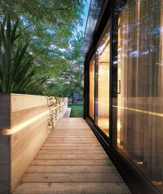 terrassenturen-schieben-aluminium-schwarz-design-holzdielen-beleuchtung-hochbeet