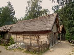 A reconstructed viking house in Birka/Sweden… Viking House, Viking Life, Iceland Viking, Viking Village, Nordic Vikings, Viking Reenactment, Viking Culture, Long House, Thatched Roof