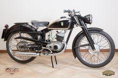 DKW RT 125 Nazione: Germania Tipologia: Turismo Anno: 1952 Tipo di motore: Monocilindrico a 2 tempi Cilindrata: 123 cc Potenza: 6,5 CV Cambio: 3 marce Velocità massima: 80 Km/h Colore: Nero con serbatoio con inserto cromato