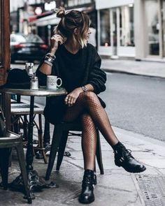 Sim a meia arrastão voltou! É claro que você pode vestir sua meia arrastão das formas tradicionais aquelas velhas conhecidas sabe? Por baixo de saias e shorts jeans ou de couro modernizando minivestidos mais sóbrios ou até como complemento descolado para macaquinhos e jardineiras. Porém o modo mais hype de usar a tendência consiste na dupla imbatível: calça jeans destroyed  meia arrastão aparente. Ah! Quanto mais rasgada for a calça melhor!