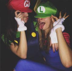 Idée costume d'Halloween : Kendall Jenner en Mario et Cara Delevingne en Luigi