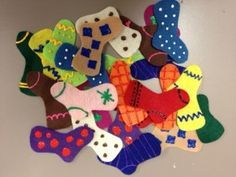 Flannel Friday: Sorting Socks Game. Love this idea! How fun would this be to add mittens? Or maybe various clothing article and have the kids match the right clothes (winter clothes, fall, summer, etc)