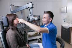 Dr. med. Jörg Lutz bei der Behandlung der Nasennebenhöhlen in der HNO-Praxis am Grillo-Theater in Essen