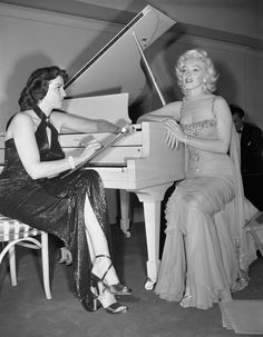 """missnormajeanes:"""" summers-in-hollywood:""""Jane Russell & Marilyn Monroe on the set of Gentlemen Prefer Blondes, this photo! Many people don't know that Jane was actually drawing a portrait of Marilyn in this photo:"""" Jane Russell, The Misfits, Marilyn Monroe Sad, Marilyn Monroe Photos, Montgomery Clift, Tony Curtis, Gentlemen Prefer Blondes, Some Like It Hot, Ginger Rogers"""