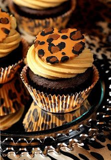 Yum- Leopard Cupcakes (: cute for a girls night in! (with a bottle of yellow tail of course! Animal Cupcakes, Leopard Cake, Safari Cupcakes, Party Cupcakes, Cake Pops, Let Them Eat Cake, Amazing Cakes, Love Food, Candy