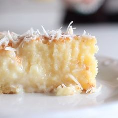 A cake with a rich coconut base and grated coconut topping. Ingredients 4 eggs 1 ½ cup sugar 3 ½ oz butter at room temperature 26 Tbsp coconut milk 1 cup whole milk 1 ½ cup flour 1 Tbsp baking powder 1 ¾ cup sweetened condensed milk ¾ cup grated coconut Just Desserts, Delicious Desserts, Dessert Recipes, Yummy Food, Custard Desserts, Lemon Desserts, Snacks, Let Them Eat Cake, Sweet Recipes