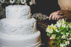 the wedding cake •  • #wedding #details #pinterest #gabrielfreitas #thegabrielfreitas #photography #casamento #riodejaneiro #casamentosdorio #casamentosdoriodejaneiro #bouquet #buquet #flowers #flores #green #white #light #bride #noiva #noivo #mariage #casamentos #casamento #cerimoniadecasamento #amor #romance #casal #love #couple •
