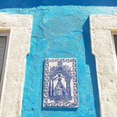 H O L I D A Y - Hebben jullie ook zo'n zin in de zomer?..... even vast genieten van de plaatjes die we afgelopen zomer maakten in het mooie Portugal 💙- #longingforsummer #zininzomer #portugal #nothingisordinary #seedscolor #from_your_perspective #tiles #azulejos #aqua #hiyapapayaphotoaday #lisboa #lissabon #ihavethisthingwithwalls #wallart #ihaveathingforwalls #portugallovers #algarve #latergram #lookingup