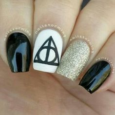 15 Magic Harry Potter Nail Designs I love love love these. except I'd add glitter to the top of the black nails The post 15 Magic Harry Potter Nail Designs appeared first on Daily Shares. Harry Potter Nail Art, Harry Potter Nails Designs, Black Nails, White Nails, White Glitter, Purple Nails, Pastel Nails, Purple Glitter, Love Nails
