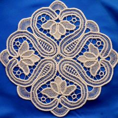 Can't read a word of the text, but the pattern is absolutely lovely Filet Crochet, Irish Crochet, Crochet Motif, Crochet Doilies, Crochet Flowers, Crochet Lace, Russian Crochet, Macrame Patterns, Lace Patterns