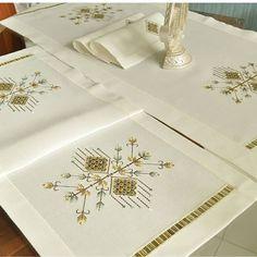 Bargello, Diy And Crafts, Elsa, Decorative Boxes, Tableware, Instagram, Facebook, Twitter, Straight Stitch