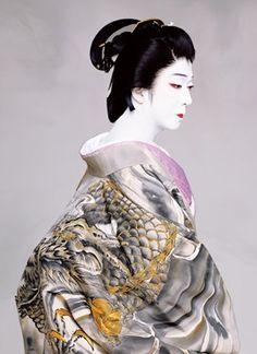 天守物語より富姫。坂東玉三郎。National Living Treasure of Japan as an Kabuki actor, BANDO Tamasaburo. Kimono Japan, Japanese Kimono, Japanese Art, Living Treasures, Turning Japanese, Art Japonais, Japanese Textiles, Japanese Beauty, Nihon